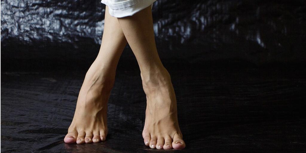 Apunta estos ejercicios para mejorar la circulación de tus piernas en casa o en la oficina